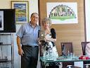 Con el Presidente de la Fundación Granada Costa, D. José Segura, haciéndole entrega de un libro de visitas (artesanía valenciana).