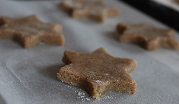 Närbild på en stjärnformad kaka redo för ugnen.