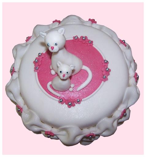 Verjaardagstaart met poesjes en chique kussentjes om de taart heen.jpg