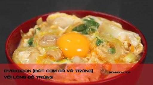 Oyakodon (bát cơm gà và trứng) với lòng đỏ trứng