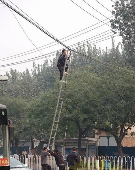 Electricista arreglando un cable