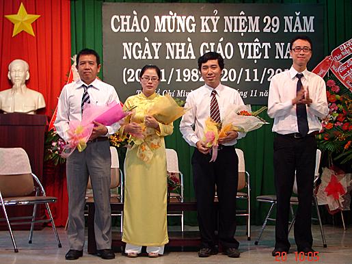 Thầy Nguyễn Thanh Bình tặng hoa cho các giáo viên trong phần giao lưu