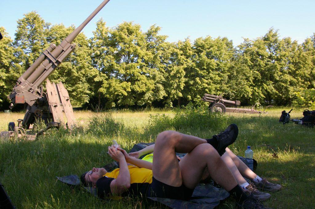 Nie ma to jak odpocząć pod działkiem przeciwlotniczym.