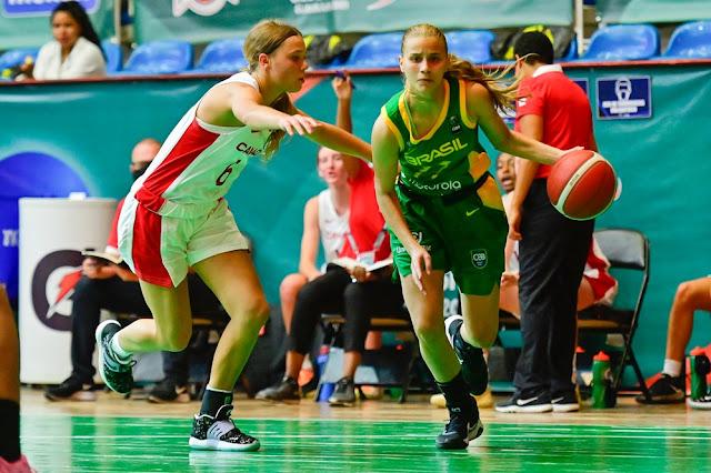 Brasileira Clarice borges com a bola é marcada pela canadense Delaney Gibb