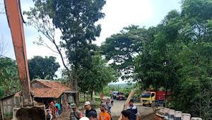 Ormas PP Bantu Kades dan Muspika Kecamatan Dawuan, Tangani Jembatan Ambruk