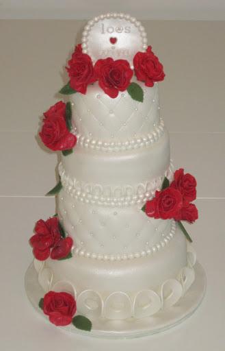 759- Witte Bruidstaart met rode rozen.JPG