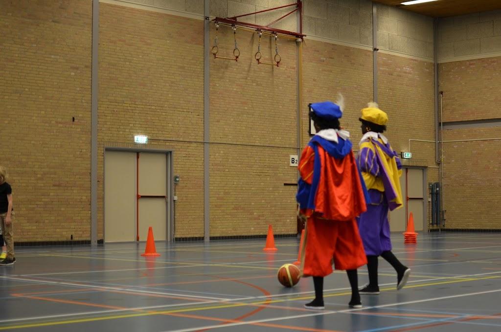 Zwarte Pieten bij U10 & U12 - DSC_5579.JPG