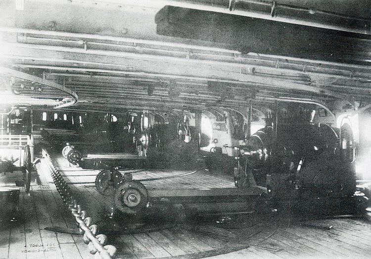 Cañones Armstrong de 250 libras sobre su montaje de freno por compresión. bateria blindada de la Victoria. Comienzos de los años 1.870s. Foto Museo Naval. Libro Buques de la Armada Española a través de la Fotografia.JPG