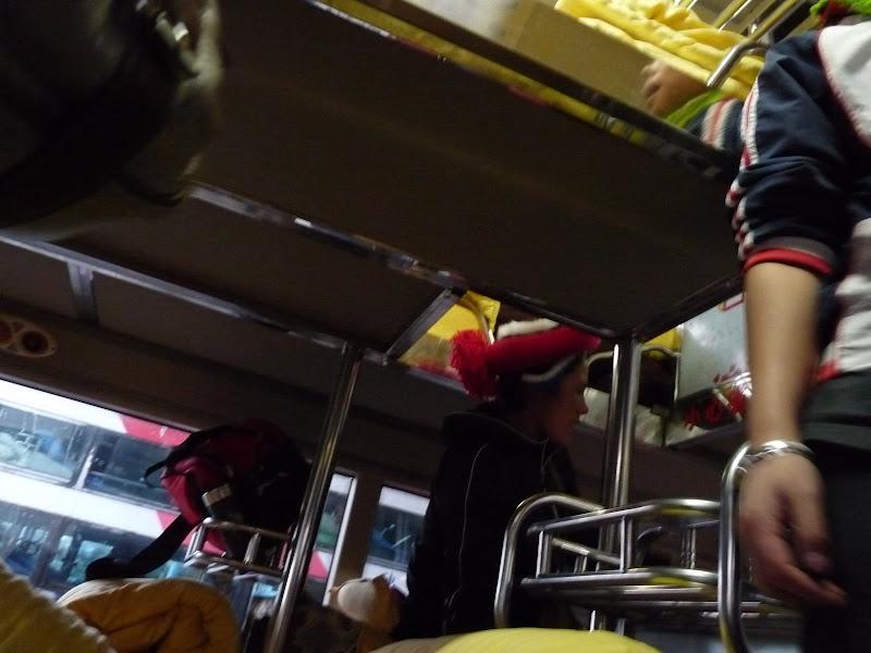Bus de nuit Shangri la départ 19.30 h arrivée Kun Ming 08.00 h. Très confortable si on choisit sa couchette à l avance