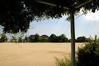 前庭から見た運動場(2010/8)