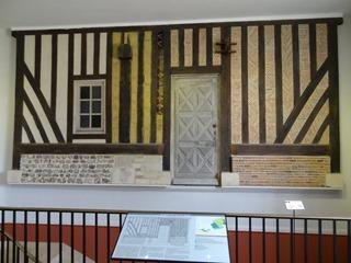 2016.08.07-031 mur-échantillon des constructions en bois au musée de Normandie