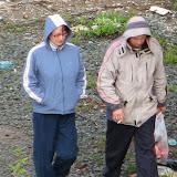 Эти двое 4 мая в 20:00 спрятались за гаражом, пили пиво, бросили бутылки и мусор - ХРЮ-ХРЮ!