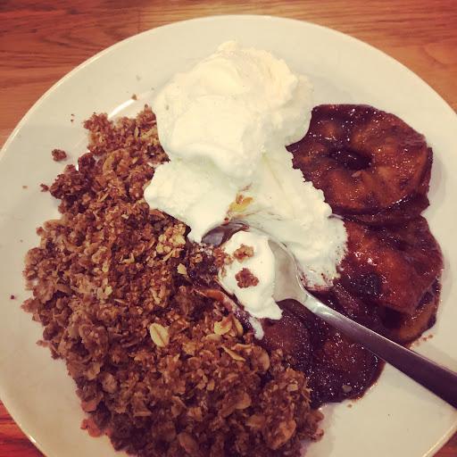 Smörstekta äppelringar med kardemummasmulor och vaniljglass