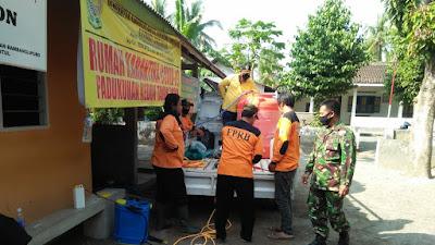 Babinsa Koramil 14 Bambanglipuro Dampingi  Penyemprotan Desinfektan di Desa Binaan
