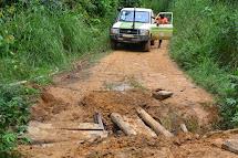 Poté putuje autem až tam, kam to konžské cesty dovolí. Už to je v období dešťů na nezpevněných cestách výzva. (Foto: Marcela Janáčková, ČvT)