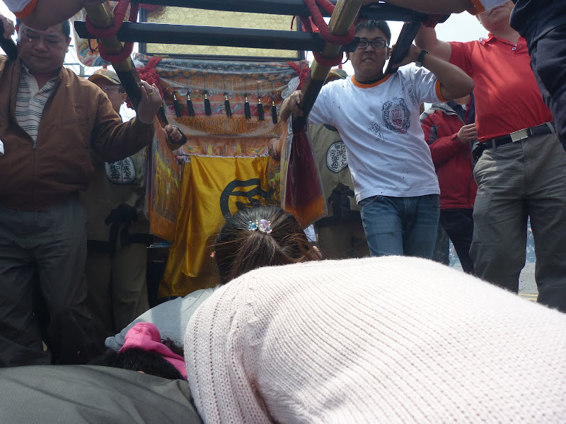 Les pèlerins s'agenouillent et se préparent à passer sous le palanquin de la déesse. J'y suis passé aussi.