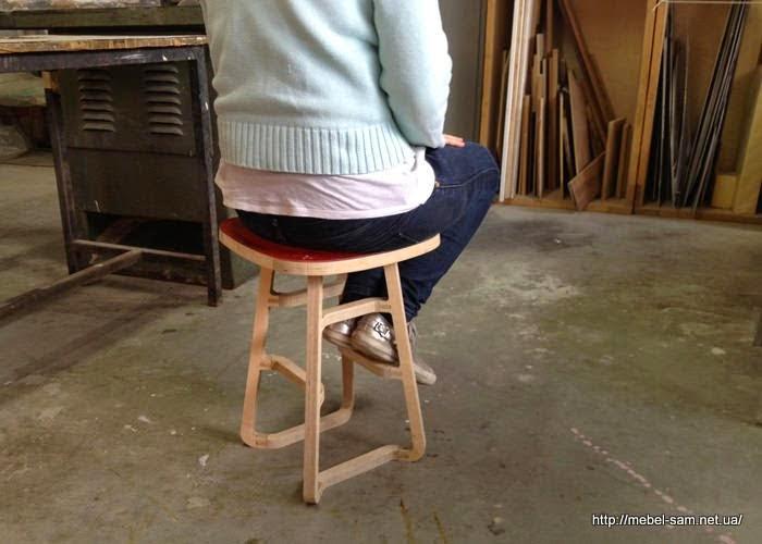 благодаря тому, что стул сделан из фанеры - он прочен