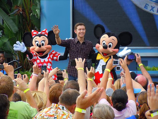 Scotty McCreery ganha parada na Disney e canta seu single