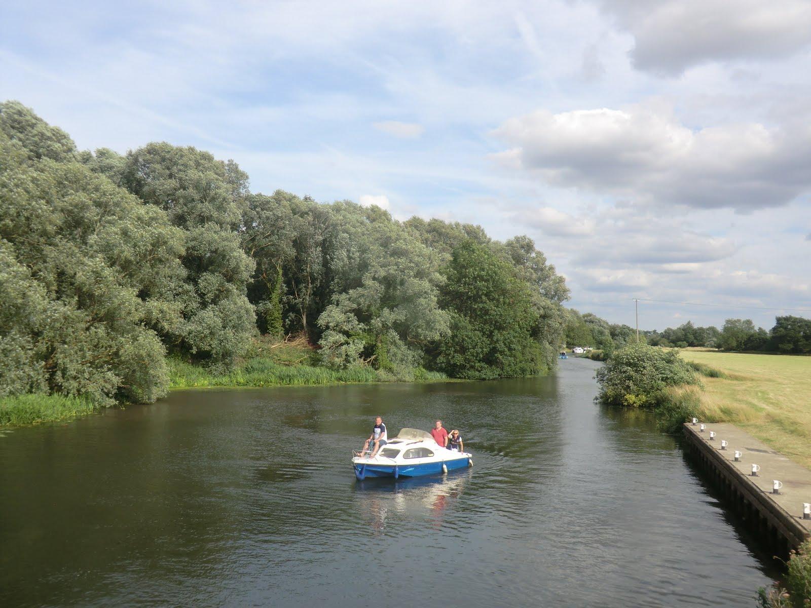 CIMG8943 Approaching Houghton Lock