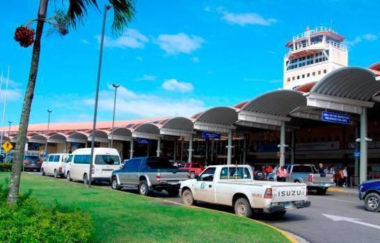 Se entrega joven que llamó al aeropuerto Cibao para decir que mujer viajaría con explosivos