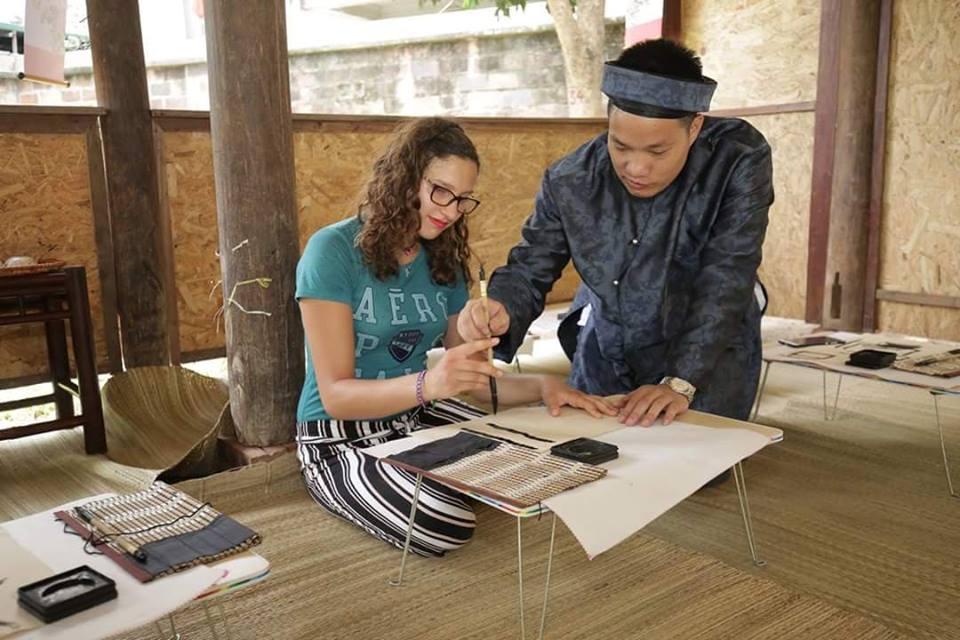 Thầy đồ đang dạy từ nét chữ cho các sĩ tử tại Hồ Văn - Văn Miếu