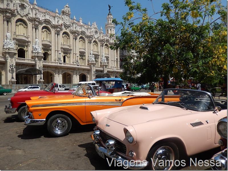 Carros antigos em frente ao Gran Teatro de Habana, Cuba