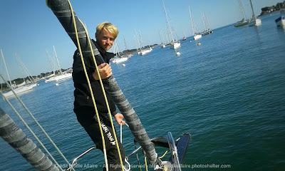 Maxime Sorel sur son bateau endommagé devant le bout dehors cassé.