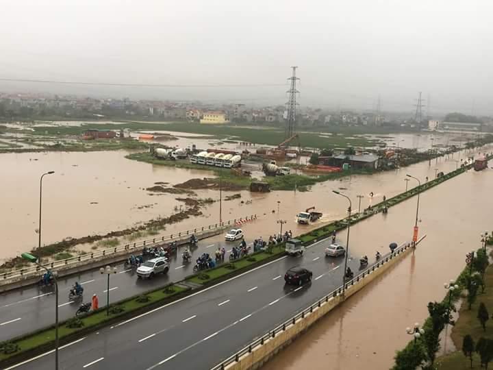 Hà Nội mưa ngập đường phố thành Hà Lội