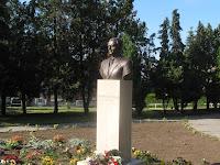 Dobos László szobránál koszorúzással folytatódott az emlékezés .jpg