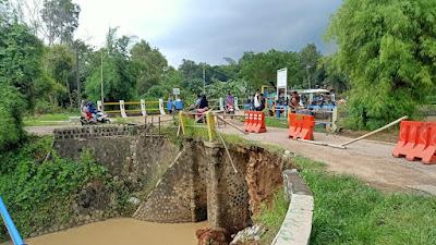 Tergerus Debit Air, Turap Jembatan di Barugbug Amblas