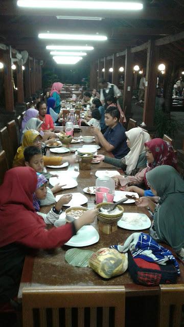 Dinner Di Restoran Rumah Kayu Ancol