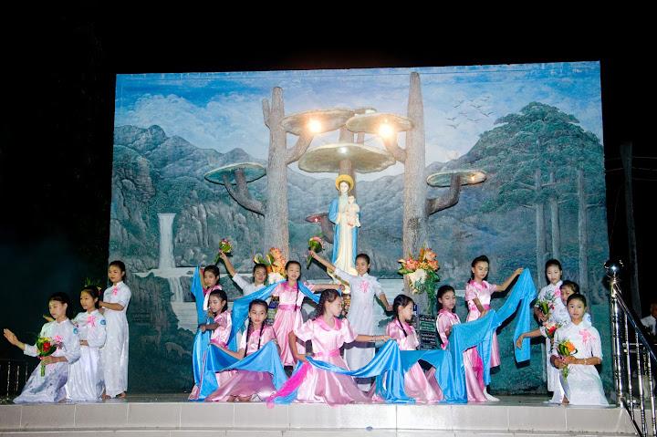 Giáo xứ Phú Phong: Thánh lễ và Dâng Hoa kết thúc tháng Mân Côi.