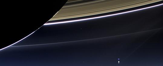 Saturno e os seu anéis, em primeiro plano. E ao longe, a Terra, assinalada com uma seta Em primeiro plano, Saturno e os seu anéis. Ao longe, assinalada por uma seta, a Terra. A imagem foi obtida pela Cassini, a 19 de JPLNASA