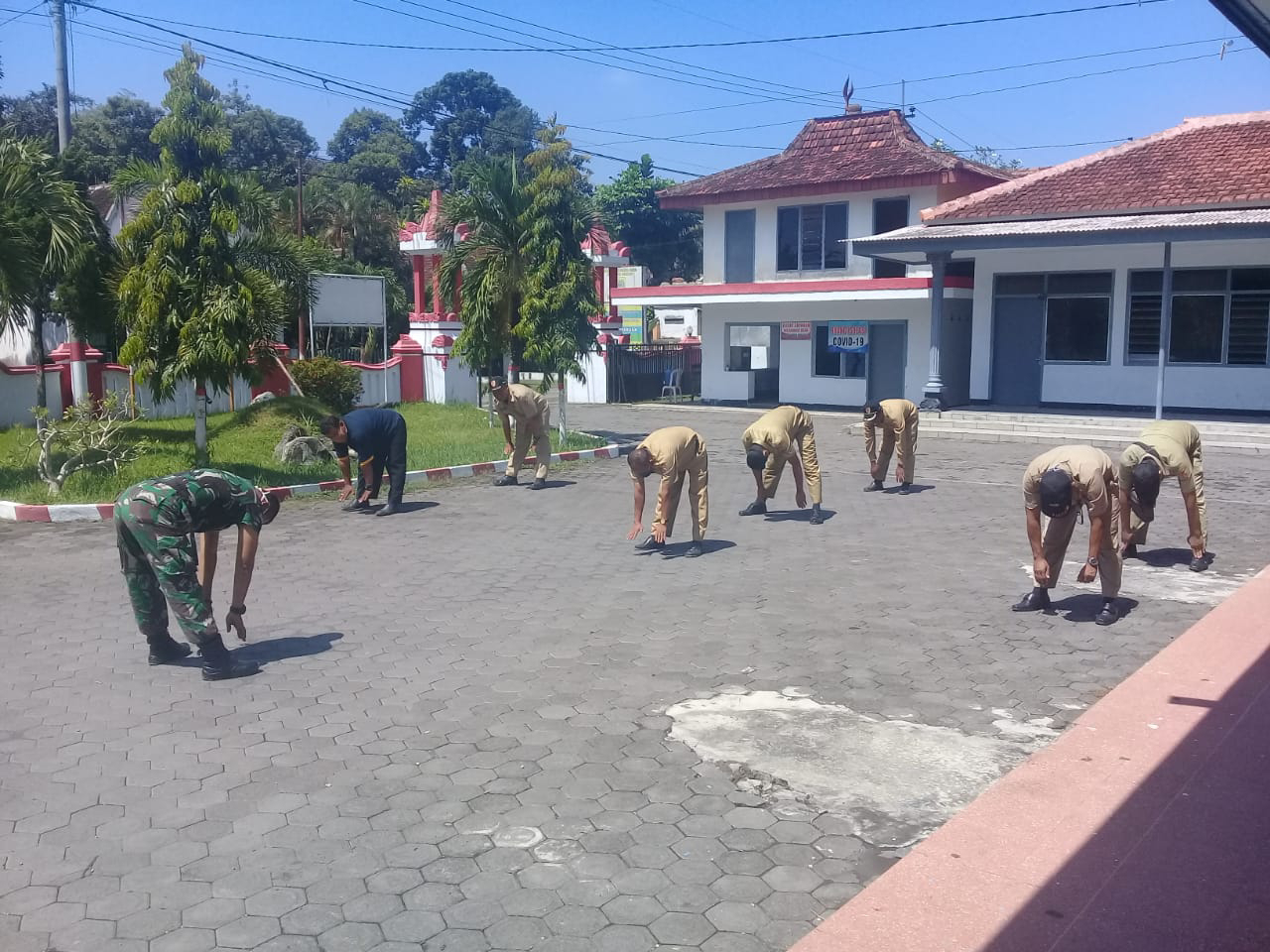 Antisipasi Covid-19, Babinsa Desa Jombang Rutin Olah Raga Bersama Perangkat Desa