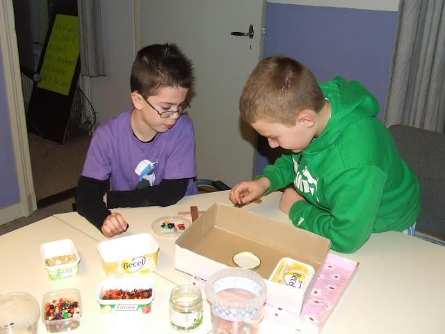 Kinderen van de kinderkerkclub maken een rozenkrans - DSCF5704.JPG