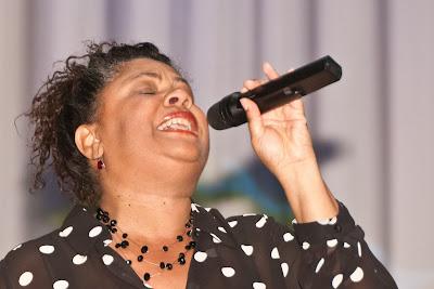 Sängerin Sandy Williams unterhielt das Publikum im Bühnensaal des Kurhauses Badenweiler.