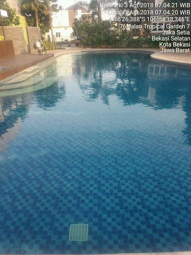 kolam renang jernih