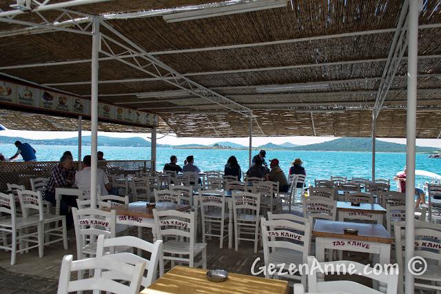 Cunda sahildeki Taş Kahve'nin deniz tarafı