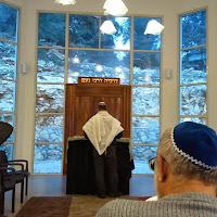 ארון הקודש המוקף חלונות בשעות בין-ערביים. The ark surrounded by windows at dusk.