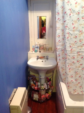 Teacups_and_Buttondrops_Old_Bathroom