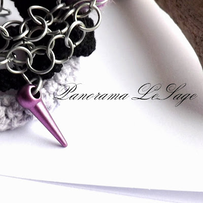 Bransolety szydełkowe pastelowe kolce pastel spikers Panorama LeSage Anna Grabowska Darłowo łańcuchy ćwieki srebro szydełkowa biżuteria artystyczna metal ostro bransolety dodatki bransoletki stylowo urocze bransolety z pazurem