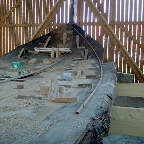Het Vlak is op breedte. nadat vorm is uitgestrookt , word het overtollige hout er afgezaagd.