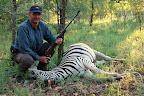 ... og så kan man tage på jagt (ledsaget af en professionel hunter). Og da Inge altid har ønsket sig et zebra-skind, skulle hun selvfølgelig have det!