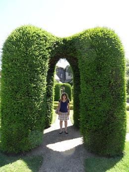 2017.06.18-026 Stéphanie dans les jardins du château