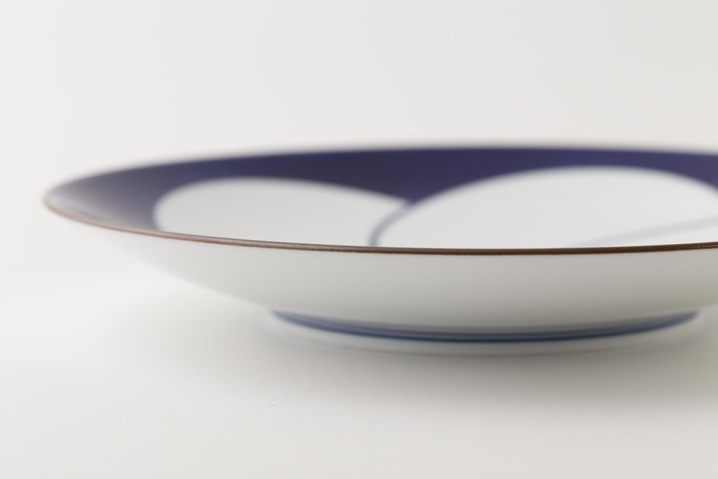 Brush-painted Nejiri-Ume Porcelain Round Plate Twisted Plum