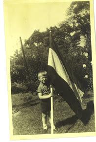 Met Nederlandse vlag in de achtertuin tijdens bezetting. Foto: dhr. Elbersen