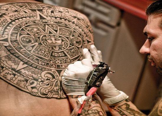 extico_deus_asteca_tatuagem_nas_costas