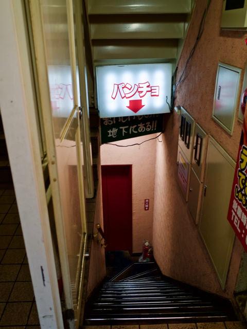 地下の入口へと向かう狭い階段