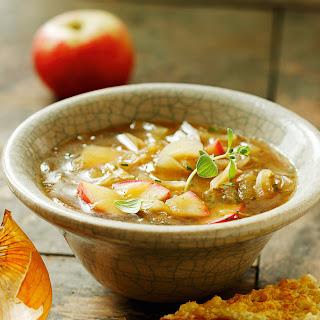 Apfel-Zwiebel-Suppe mit Käsetoasts