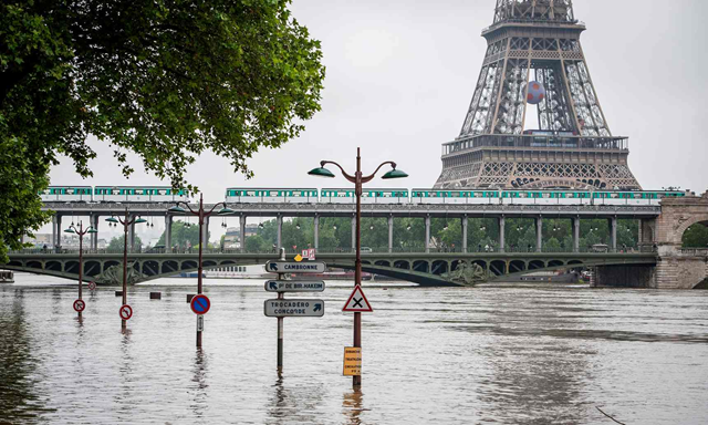 A general view of the Bir-Hakeim bridge near the Eiffel Tower above the Seine river in Paris, after flooding on 4 June 2016. Photo: Jeremy Lempin / EPA